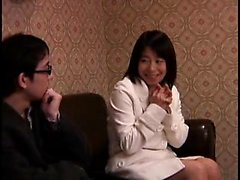 Attraente bebè Giappone gode il suo tempo con una secchione tipo o