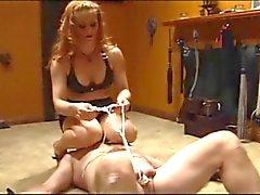 Maîtresse dans les cuirs & des nylons jouant avec son esclave liée