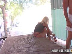 Schöne Dyana Hot bekommt eine Massage auf ihre Titten