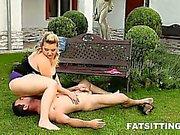 Fett Dame dominiert sowie platt ein Typ Natur