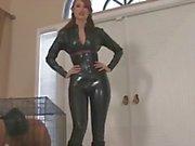 Redhead Kendra James est vêtu dans ses latex noir et la pose