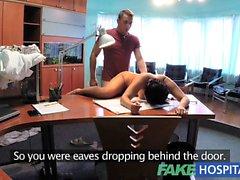 Paciente FakeHospital ouve médico porra de enfermeira