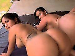 Zweier Brünett Babes von ihrem Freund in einen Dreier genagelt