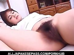 Hitomi Kiryuu Asian bekommt Finger in behaarte Möse beim Schlafen