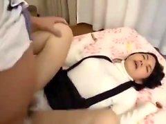 Japanische Teenie neckt Pussy mit Spielzeug und Schwanz