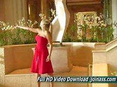 Alison Angel einem sexy roten Kleid funktioniert wie ein Model