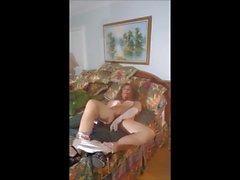 sissy roberta lavora il suo buco sul suo letto