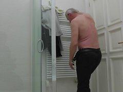 Fat old fucker dicks komea curvy teini sängyssä