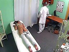 Brunette röv slickar samt knullade av läkaren i hans kontor