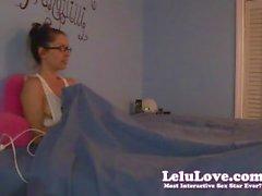 Shy töntig flickan masturberar under lakanen inom pyjamasen