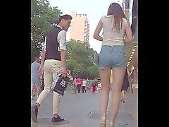 Asno agradáveis novos que nas ruas das China de