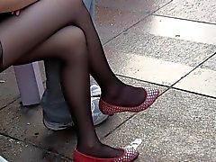 Искренние ног подросток и Ноги в чисто черных Nylons