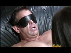 Große Brüste Brunette Hottie knallt ihr Mann mit einem massiven Sex-Spielzeug