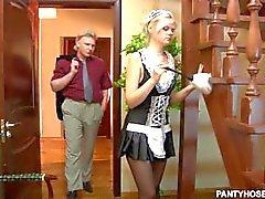 Junges Mädchen in Strumpfhosen bekommt harten Schwanz von ihrem Chef