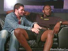 Skäggiga muskulös kille blir påsatt Den genom svarta män