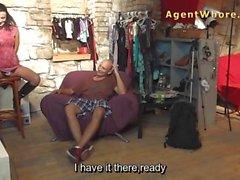 Zwei maskierte Agenten Huren auf photoshoot spielt