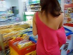 Schattig meisje naakt in het openbaar