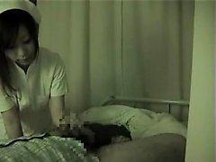 A enfermeira japonesa atrativa oferece a um paciente horny um marvelou