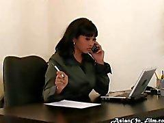 Office-Assistent gibt einen Blowjob ihren Chef
