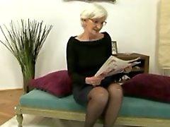 Grises cabelluda Abuela Obtiene Cremita