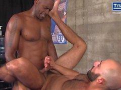 Trainer Diesel Washington nutzt seinen Schläger auf Krug Eric Nero.