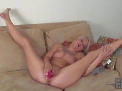 maxi näst video att försöka rosa dildo in hennes lilla mus