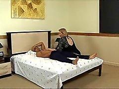 Graxos madura chupa pau e sendo fodida na cama do hotel