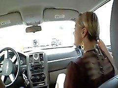Auto Blowjob Blondine gibt Blondine Gibt