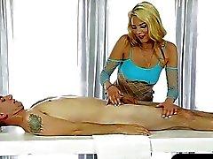 Sexy masseuse blowjobs seus clientes galo debaixo da mesa