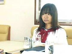 estudante japonesa adorável na calcinha branca fica satisfeito
