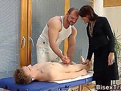 Babe ansaugt Schwanz bisex