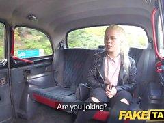 Gefälschte Taxi Shy blonde Teenager mit natürlichen Titten