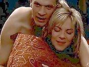 Kim Cattrall blotta nedanför en kille i en säng , bädd erbjudanden