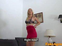 Поддельный агент Довольно блондинка в красном платье дает отличный минет