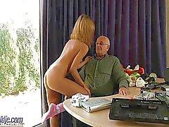 Oldman knullas av odrägliga tonåring