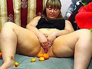 Fettig, masturbiert Obst. Früchte in Pussy behaart