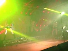 Tyska Kinky kvinnliga sångerska nakna på scenen i konsert 2