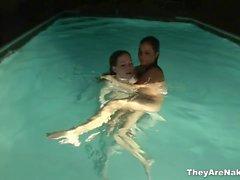 Dos morenas obtienen travieso en la piscina de