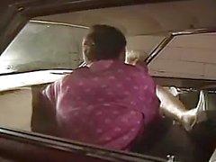 Восхитительный Retro Чик жестких сосет и трахается In Car