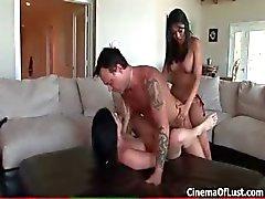 Kaksi tyttöä ottaa kinky strapon sukupuoli