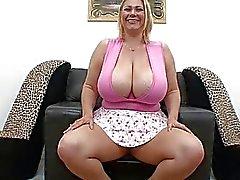 Bleke mollige blonde met grote meloenen zuigt harde staaf in pov