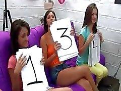 Gruppen college flickor gag en dick