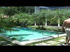 Havuzlu dışarı floating , seksi Vincenzo ateşli tarafından eklenen fark edilen edilir
