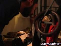 Babe Dominated en latex