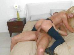 Luscious Carmen Monets fährt ihrer Muschi auf einer steifen Schwanz