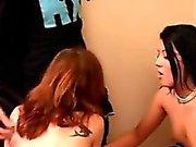 Bisexuellen Mädchen spaßen Das Auf Dem Bett