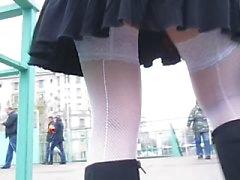 Tyttö valkoinen saumattu verkkosukat menossa yläkertaan