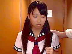 Японские школьницы Айри Sato ударилась старых мужчина