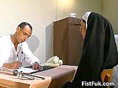 Diese beiden schmutzigen Ärzte stopfen Nonne sexy