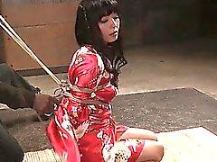 Japanese subslut получает ее груди связана жесткие